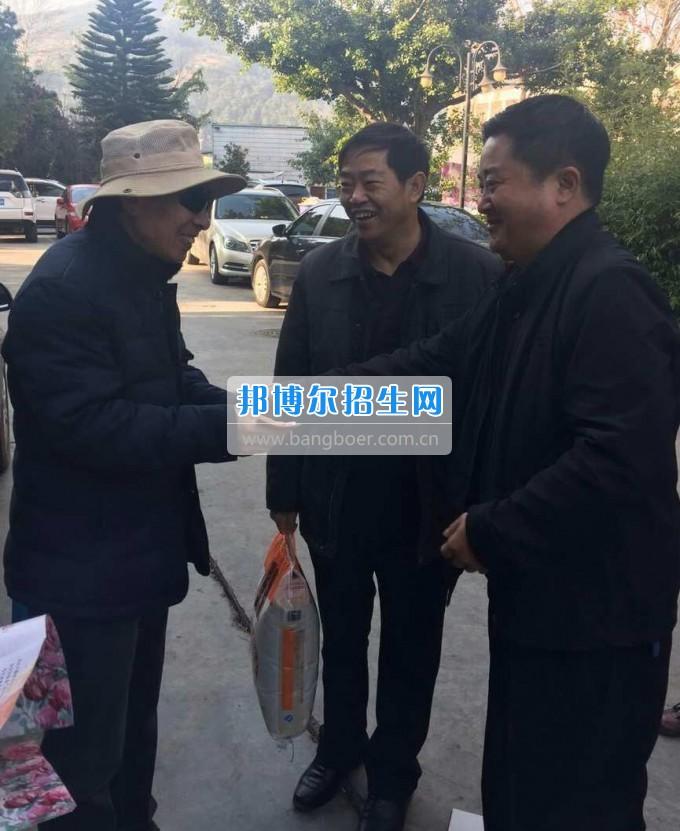 凉山民族师范学校领导新春走访慰问离退休老干部