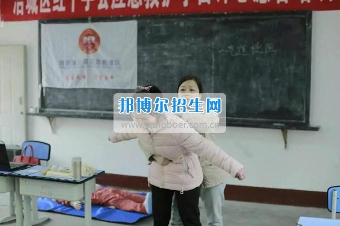 2017年涪城区红十字会首届应急救护学雷锋志愿者培训班在绵阳航空职业学校举行