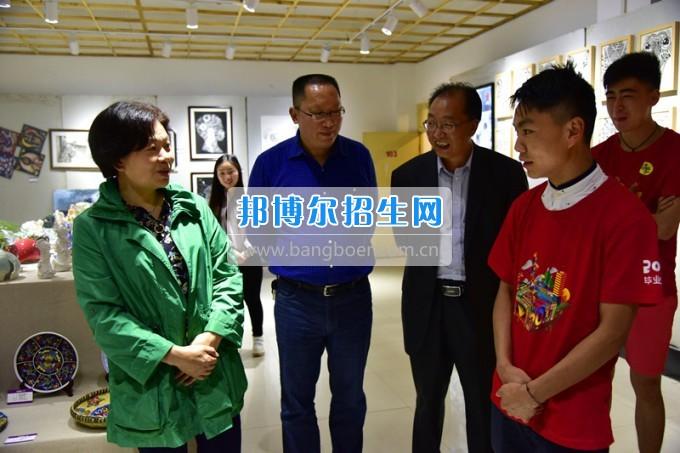 校党委书记韩卉莅临贵州师范大学求是学院参观2017届美术毕业作品展