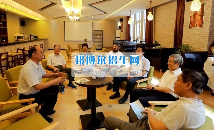 民盟中央副主席龍莊偉一行到安順職業技術學院視察指導工作