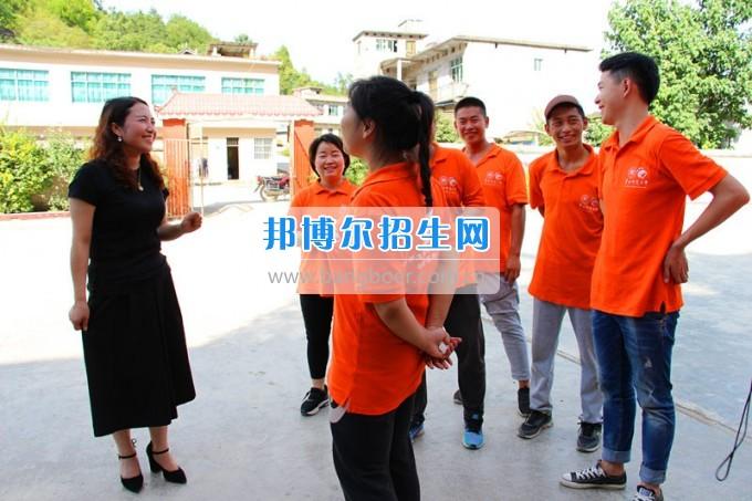 """贵州师范大学求是学院领导携专家一行看望慰问学院赴德江暑期""""三下乡""""服务队"""